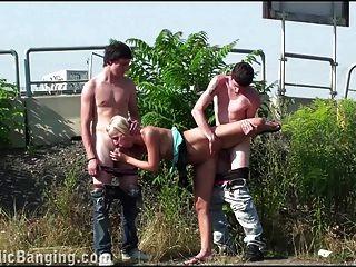 grupo de adolescentes sexo en grupo público linda rubia orgía gangbang