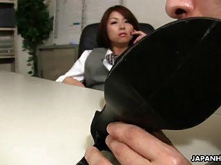 señora asiática de la oficina tsubaki consiguiendo sexo de su jefe