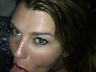 chica sexy dando cabeza y lleva semen en la boca