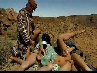 tres árabes folla a una puta árabe caliente en el desierto.