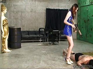 Risa Japdom femdom azotar a tres esclavos