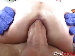 Ana de ville empujando su gruesa barra dentro de su culo