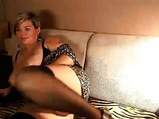 De pelo corto alemán maduro con grandes tetas en su webcam