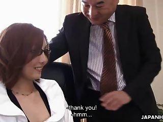chica asiática siendo follada por su jefe cortésmente