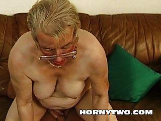 wet chubby abuelita coño viejo follando chaval más joven feliz por