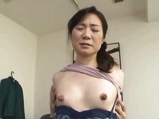 flaco asiático con enormes pezones