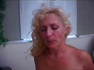Mamá vieja y joven despierta a hijastro con una mamada