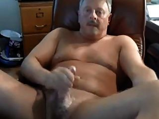 papi caliente masturbándose