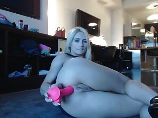 rubia de piernas largas se masturba en la sala de estar