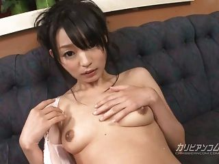 Konoha folla con el dedo y juguetea con su coño mojado de maneras sensuales