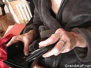 Los hombres de reparto comparten abuelita flaca vieja