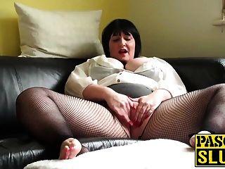 Señora regordeta madura complaciendo su coño mojado en el sofá