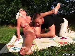 abuelita sexo al aire libre