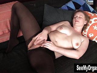 hottie lili masturbándose su coño