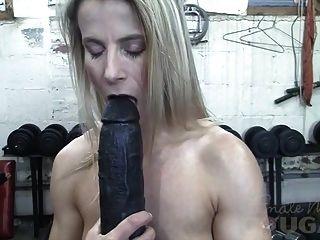 Claire madura muscular folla enorme consolador en el gimnasio