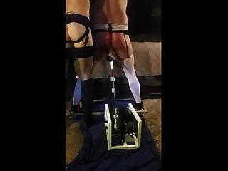 esposa dominante castiga a su esposo con máquina de follar