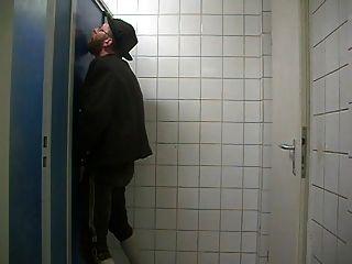 bayernbursch recibe servicio en un gloryhole