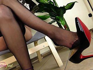 tgirl caliente se masturba mostrando sus pies en medias negras