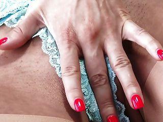 hermosa rubia en clase lingeris y medias