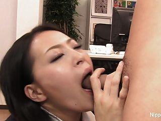 sexy secretaria juega con su polla con la boca y los pies