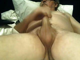 abuelo masturbándose sin cortar gran polla corre