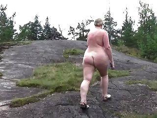 caminata desnuda en el bosque