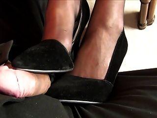 Trabajando con el pie debajo de la mesa