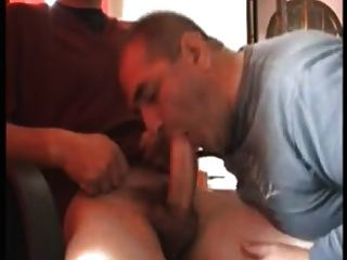 ¡A un papá calvo le encanta chupar y tragar!