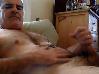 Papi peludo guapo masturbándose