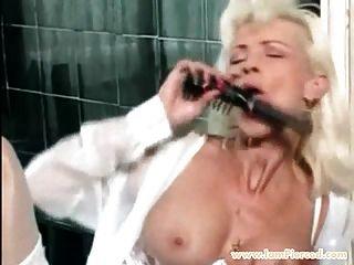estoy perforado MILF con el juego anal de piercings coño