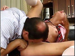 stp1 papá revisa su trabajo escolar y ella le da una mierda!