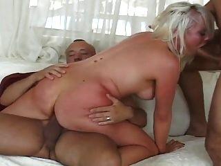 rubia sexy obtiene ambos agujeros follan duro