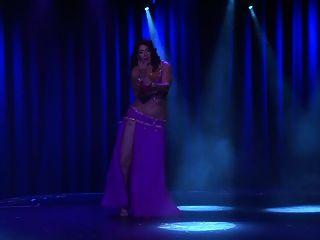 bailarina de vientre árabe musulmán curvy
