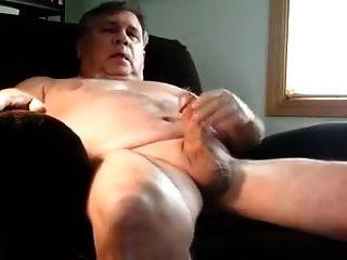 un hombre mayor masturbándose en sillón