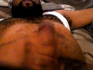 yo mostrando el pecho peludo y el vientre mientras masturbándose