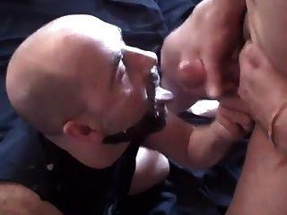 a este tipo le encanta tener la cara y la barba cubiertos de esperma