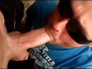 chico chupando polla y recibe un facial en el estacionamiento