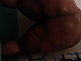 BBW más tamaño twerking en la ducha