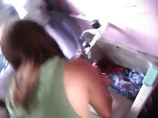 esposa lavando calcinha