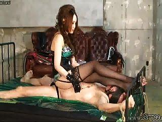 consolador anal femdom japonés y puño anal