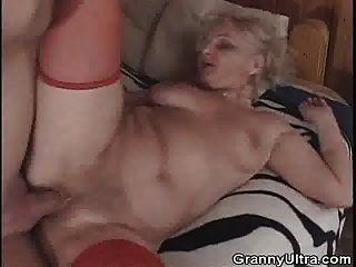 abuelita se deja follar después de chupar la polla