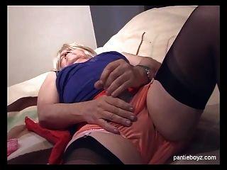 puta marica madura en bragas sedosas juega con su polla erecta