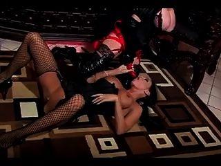 amante lesbiana dando a su esclava una puta áspera