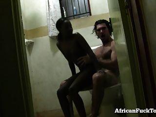 chica africana amateur follada en el baño!