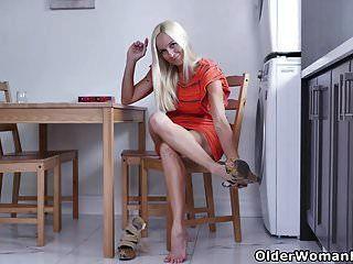 la ama de casa canadiense Dani Dare se frota uno en la cocina