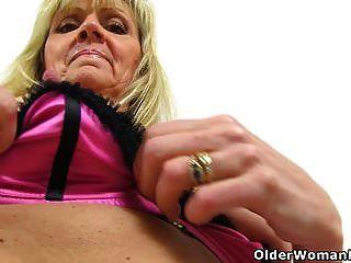 Los pezones duros de Dolly y el coño mojado se ven tan atractivos
