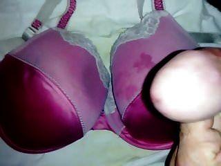corrida en nuevo sujetador de satén rosa.