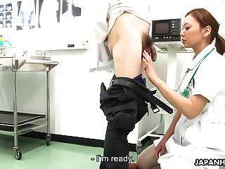 La enfermera chupa al doctor y se la mete en la cara