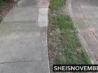 meando chica de ébano msnovember agacharse orinar paseo público