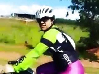 brillante lycra sexy mujer en bicicleta